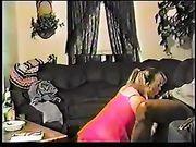 Frau auf den Knien macht oralen Sex mit einem schwarzen Mann