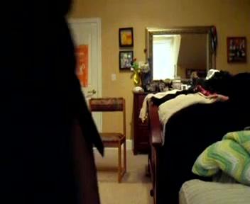 Mädchen nackt im Schlafzimmer spielen
