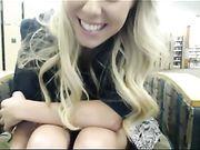 Masturbation in der öffentlichen Bibliothek mit einer schönen Blondine