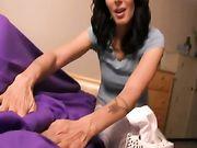 Eine reife Frau nutzt ihre Hände auf den Schwanz