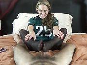 Eine reife Frau nutzt ihre Beine auf dem Schwanz