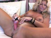 Eine schöne reife Blondine masturbiert auf Webcam
