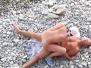 Ein russisches Paar macht Sex am Strand