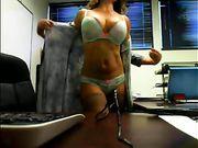 Eine Frau ist nackt im Büro in einer Live-Show