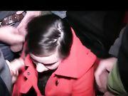 Nettes Mädchen saugt Schwänze und erhält Ejakulationen auf ihrem Gesicht