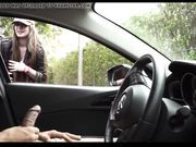 Ein weißes Mädchen beobachtet einen Mann, der im Auto masturbiert